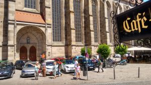Elektroautos vor dem Dinkelsbühler St. Georgs Münster